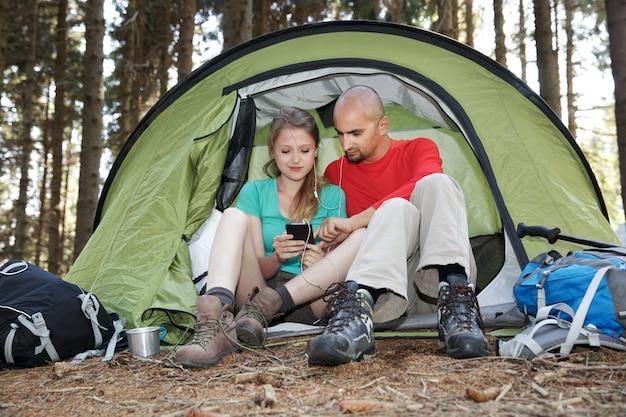 Aantal wandelaars rusten in tent
