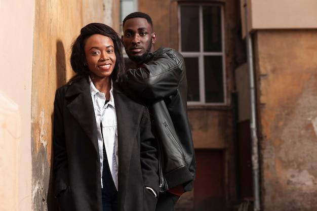 Aantrekkelijk afro-amerikaans paar dat middelgroot schot stelt