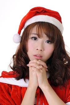 Aantrekkelijk aziatisch kerstmismeisje, het portret van de halve lengteclose-up op witte muur.