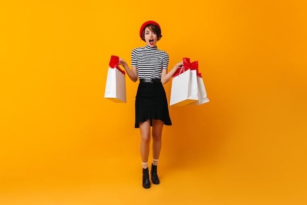 Aantrekkelijk frans model in rok poseren na het winkelen