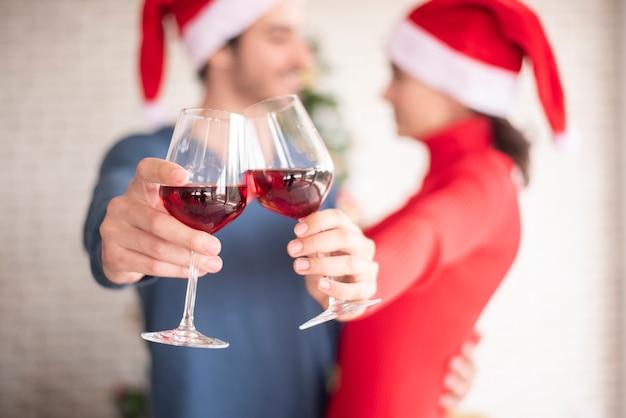 Aantrekkelijk kaukasisch paar van liefde viert kerstmis in huis