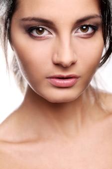 Aantrekkelijk maar serieus meisje met bruine ogen