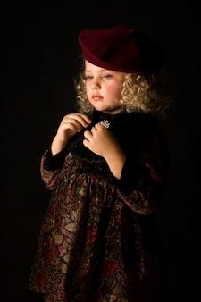 Aantrekkelijk meisje in bruin ouderwets kostuum