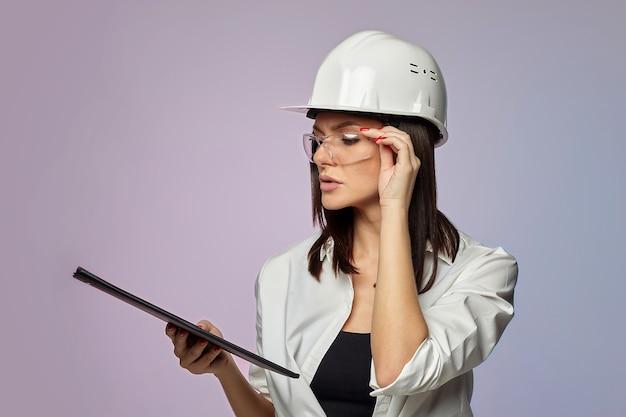 Aantrekkelijk meisje in een beschermende helm
