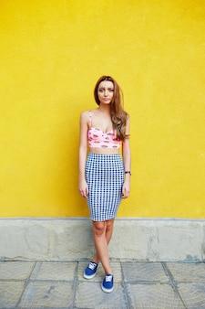 Aantrekkelijk meisje in een ongewone rok