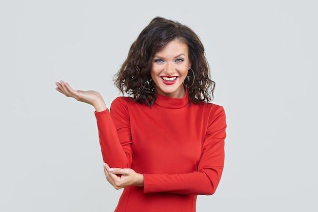 Aantrekkelijk meisje in een rode jurk