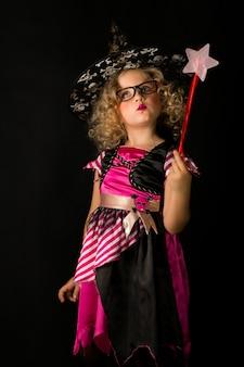 Aantrekkelijk meisje in heks halloween kostuum