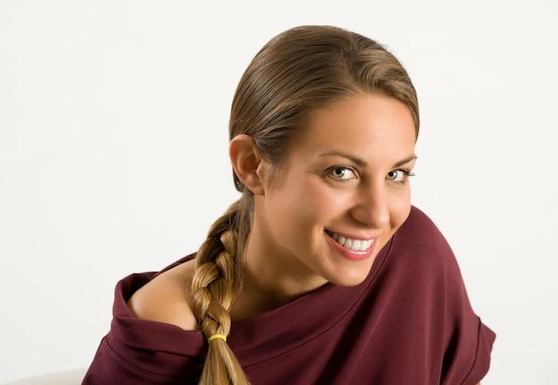 Aantrekkelijk meisje met een mooie vriendelijke glimlach