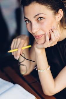 Aantrekkelijk meisje met een notitieblok