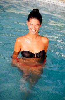 Aantrekkelijk meisje met een zwarte bikini