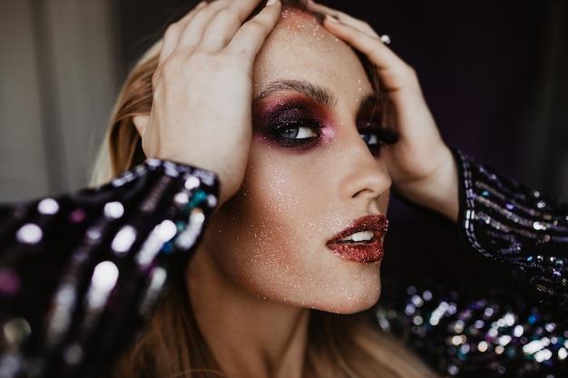 Aantrekkelijk meisje met interesse. close-upfoto van aantrekkelijk vrouwelijk model met trendy make-up.