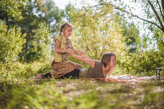 Aantrekkelijk meisje met massage buiten ontspannen.