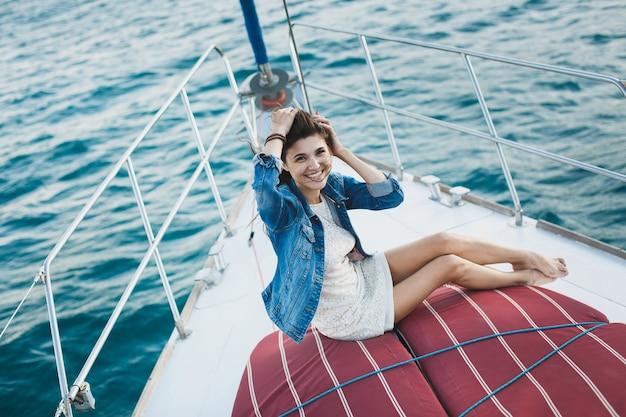 Aantrekkelijk meisje op een jacht op zee