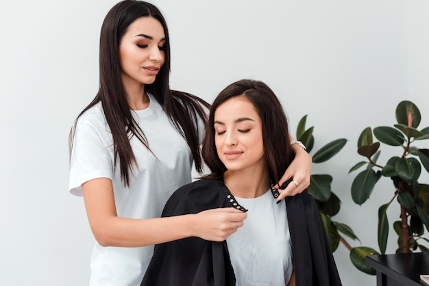Aantrekkelijk meisje stylist jurken client kappers peignoir
