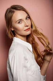 Aantrekkelijk meisjesportret in een wit overhemd