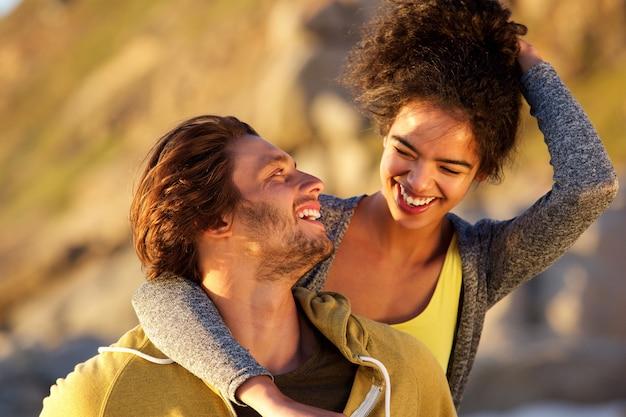 Aantrekkelijk paar dat samen lacht