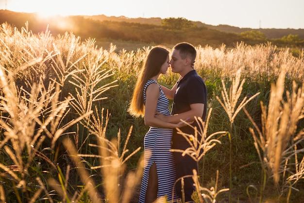 Aantrekkelijk paar in het veld in de avond