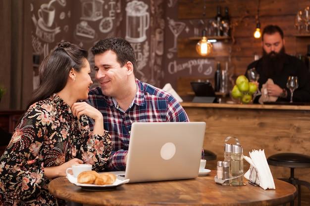 Aantrekkelijk paar op een zakelijke bijeenkomst in het restaurant over werkmomenten tijdens de lunch. hippe kroeg.