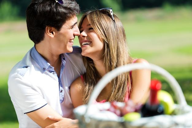 Aantrekkelijk paar op romantische picknick in platteland.
