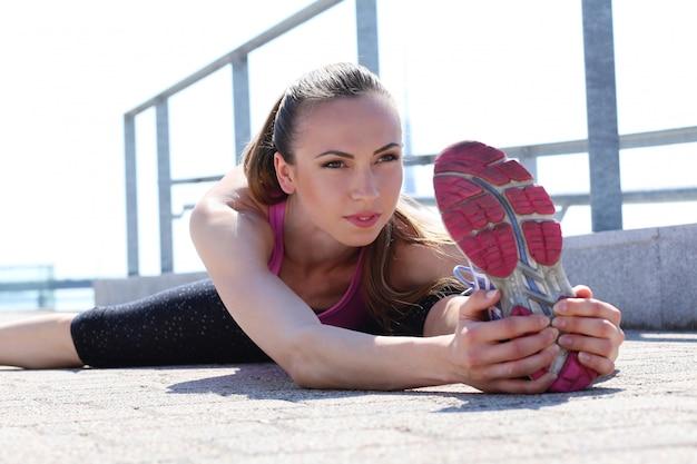 Aantrekkelijk sportmeisje op de straat