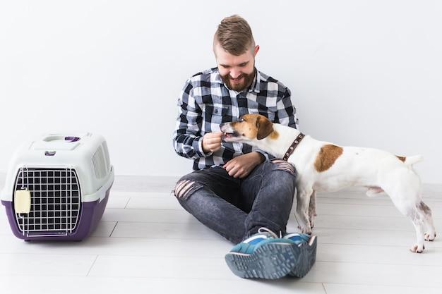 Aantrekkelijk vrolijk mannetje in geruite overhemd houdt favoriete huisdier