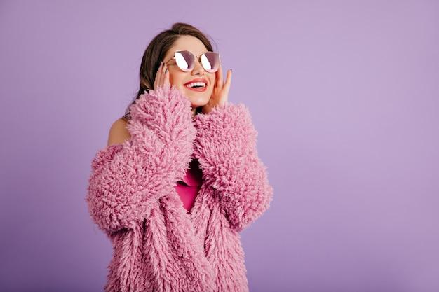 Aantrekkelijk vrouw in eco jas opzoeken