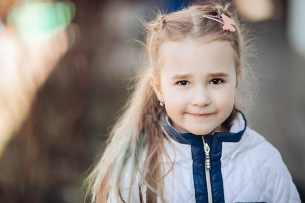 Aantrekkelijk vrouwelijk kaukasisch kind kijkt naar de voorkant