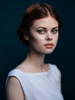 Aantrekkelijk vrouwen rood haar witte jurk kapsel model. hoge kwaliteit foto
