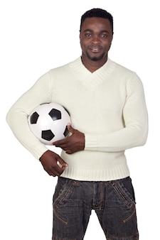 Aantrekkelijke afrikaanse die man met een voetbalbal op a over witte achtergrond wordt geïsoleerd