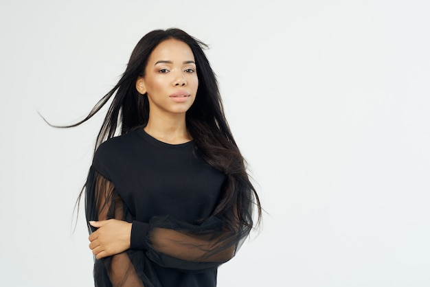 Aantrekkelijke afro-amerikaanse donkere lang haar make-up bijgesneden weergave