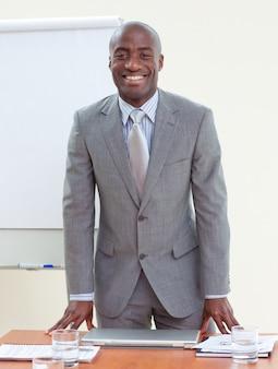 Aantrekkelijke afro-amerikaanse zakenman in office