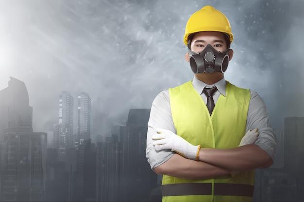 Aantrekkelijke aziatische architect met bouwvakkers en uniform