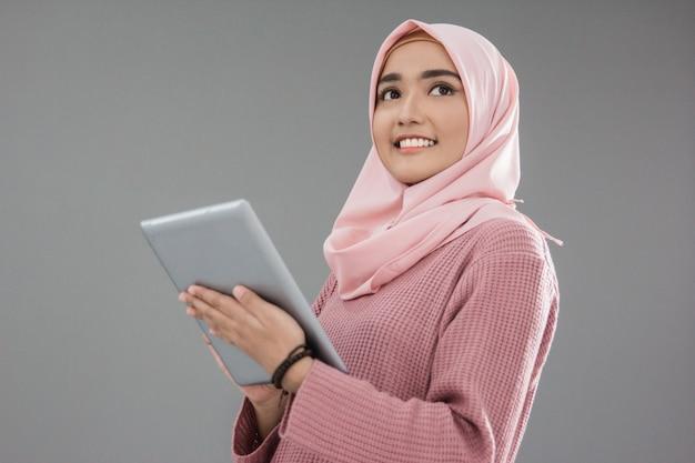 Aantrekkelijke aziatische moslimvrouw
