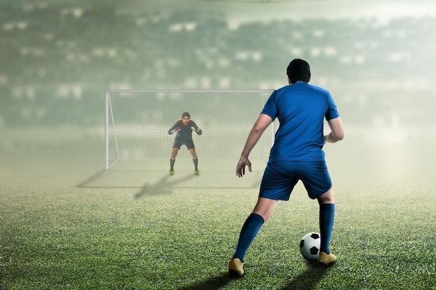 Aantrekkelijke aziatische voetballer op de wedstrijd