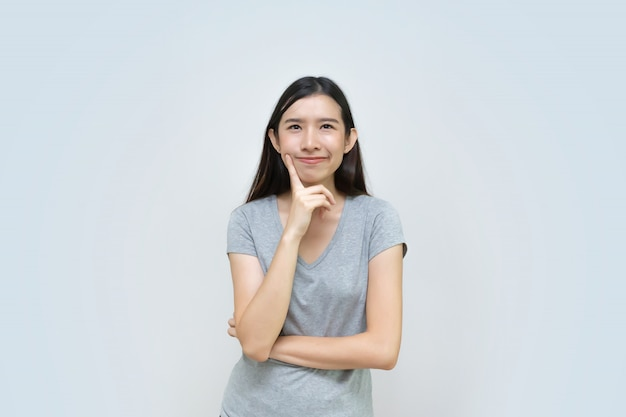 Aantrekkelijke aziatische vrouw die geïsoleerd, mooi aziatisch jong meisje denkt