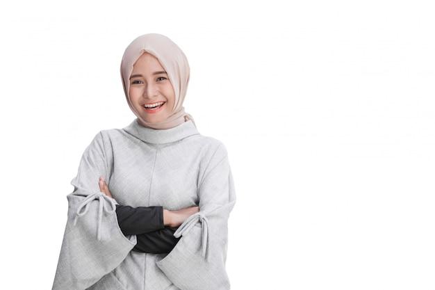 Aantrekkelijke aziatische vrouwelijke jonge moslimvrouw