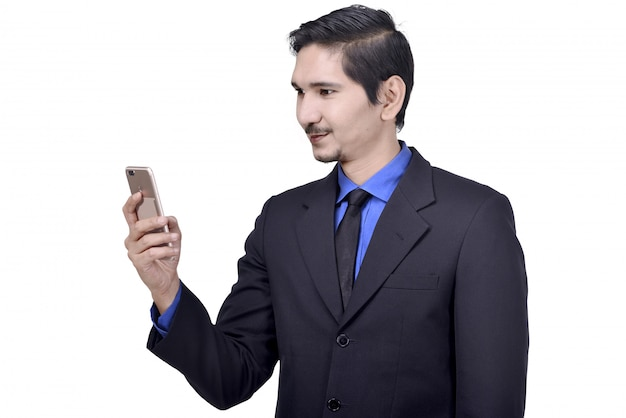 Aantrekkelijke aziatische zakenman met behulp van mobiele telefoon