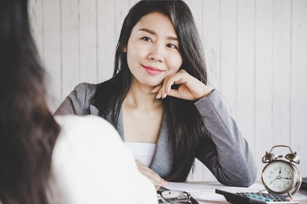 Aantrekkelijke aziatische zakenvrouw lacht
