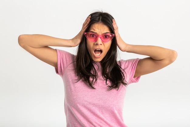 Aantrekkelijke blij grappig verrast emotionele vrouw in roze t-shirt geïsoleerde armen naar voren verrast geschokt uitdrukking van gezicht