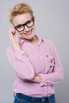 Aantrekkelijke blonde in vrijetijdskleding