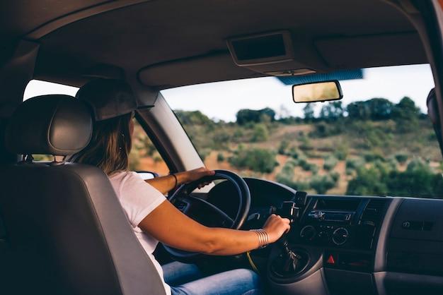 Aantrekkelijke blonde meisje met pet rijden