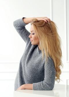 Aantrekkelijke blonde thuis