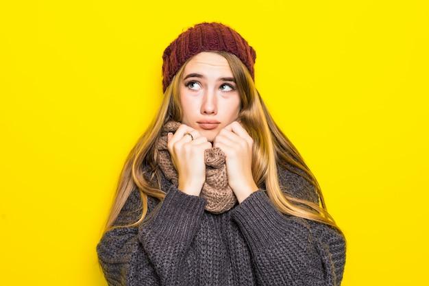 Aantrekkelijke blonde vrouw in warme trui is ziek griep koud en proberen op te warmen