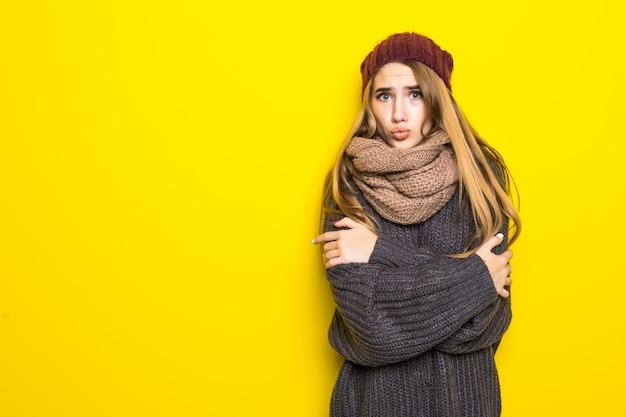 Aantrekkelijke blonde vrouw in warme trui proberen op te warmen