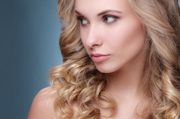 Aantrekkelijke blonde vrouw