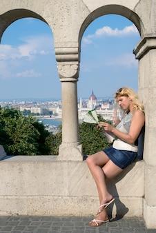 Aantrekkelijke blonde vrouwelijke reiziger in boedapest