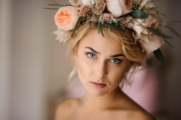 Aantrekkelijke blondevrouw in een bloemenkroon