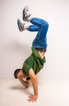 Aantrekkelijke breakdancer die zijn vaardigheden toont.