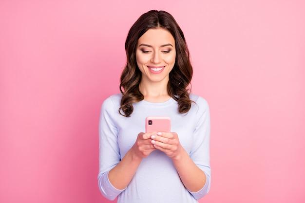 Aantrekkelijke dame houd telefoon kijk scherm brede glimlach
