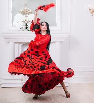 Aantrekkelijke danseres met ventilator die flamenco uitvoert